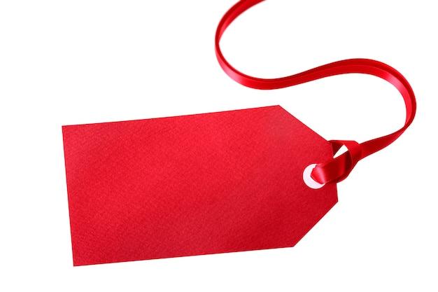 Etichetta regalo rosso o biglietto di prezzo con nastro rosso isolato su bianco Foto Gratuite