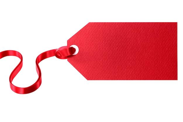 Etichetta rossa del regalo legata con il nastro rosso isolato su bianco Foto Gratuite