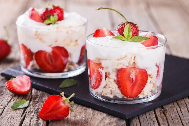 Eton mess - fragole con panna montata e meringa Foto Premium