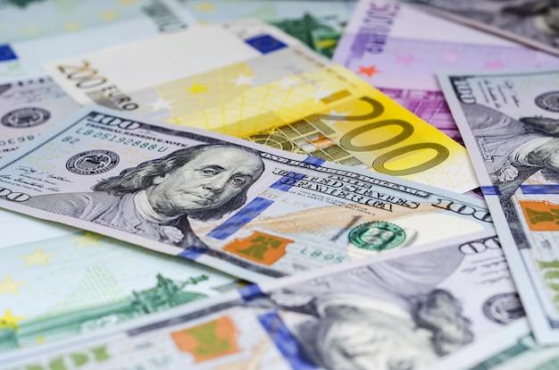 Euro banconote e dollari disposti a caso Foto Premium
