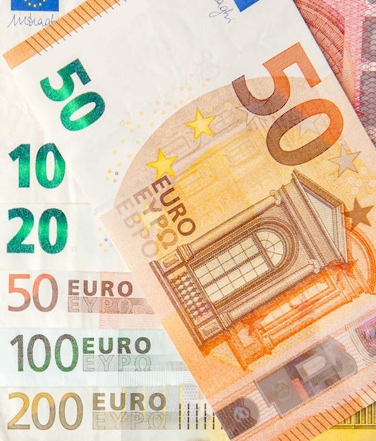 Euro soldi. contanti in euro. banconote in euro. il fondo dalle euro banconote differenti si chiude su Foto Premium