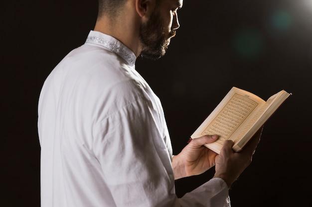 Evento del ramadam e lettura araba dell'uomo dal corano Foto Gratuite