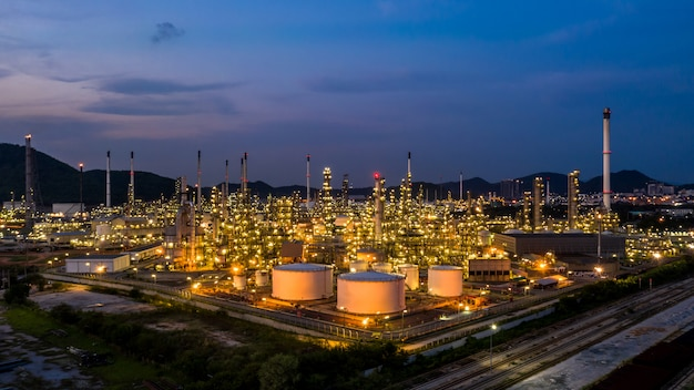 Fabbrica dell'impianto di raffineria di petrolio di vista aerea a penombra. Foto Premium