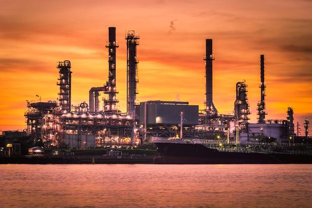 Fabbrica della raffineria del petrolio e del gas con il bello cielo ad alba. Foto Premium