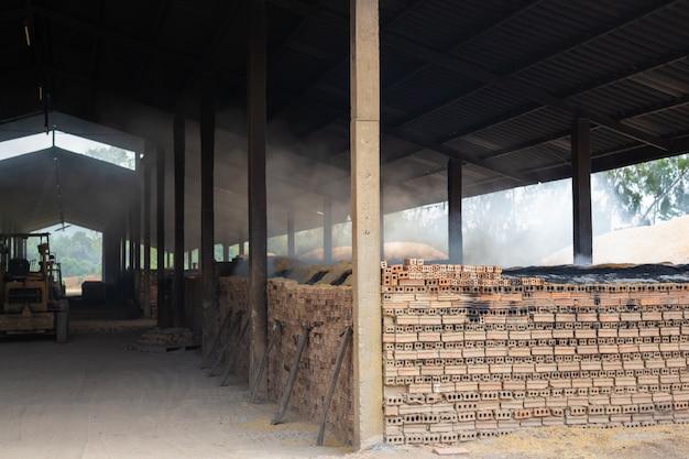 Fabbrica di mattoni che bruciava mattoni. Foto Gratuite