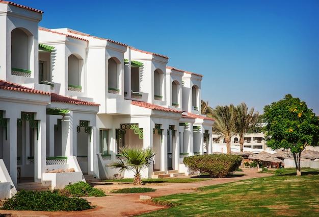 Facciata dell'hotel in egitto con le palme Foto Premium