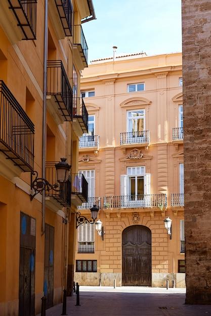 Facciate della strada del barrio del carmen di valencia spagna Foto Premium
