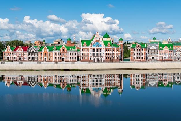 Facciate di edifici con una decorazione medievale in stile fiammingo. Foto Premium