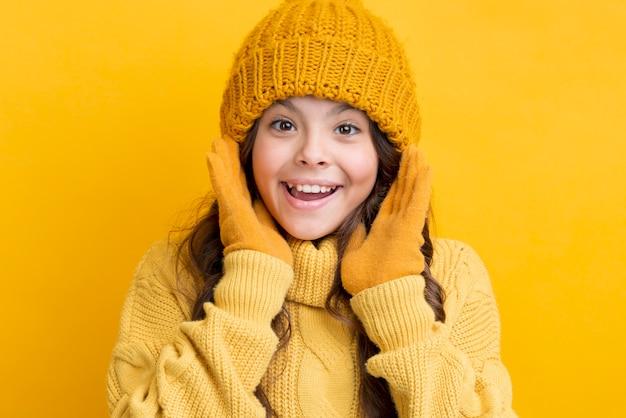 Faccina bambina che indossa abbigliamento invernale Foto Gratuite