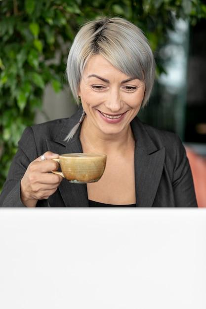 Faccina bella donna che gode del caffè Foto Gratuite