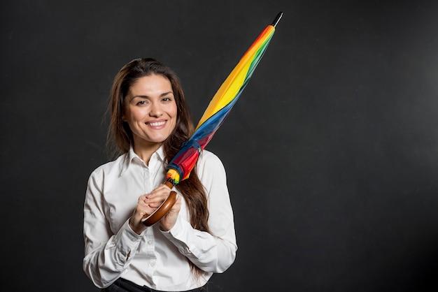Faccina con ombrello colorato Foto Gratuite