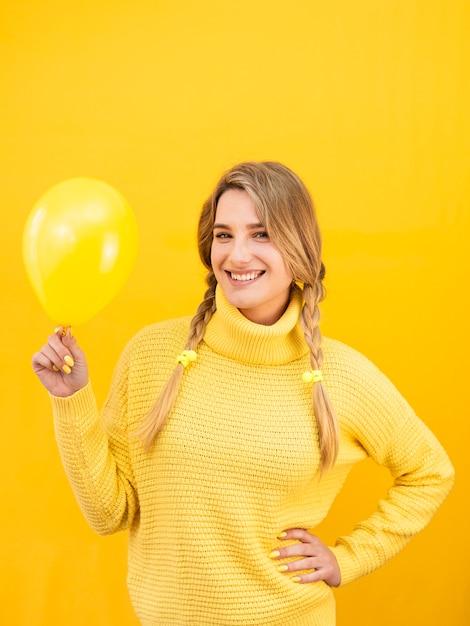 Faccina di tiro medio donna con palloncino Foto Gratuite