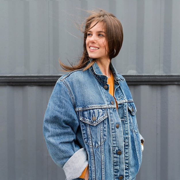 Faccina donna con giacca di jeans Foto Gratuite