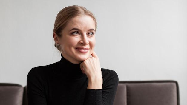 Faccina donna sul divano Foto Gratuite