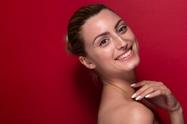 Faccina giovane donna guardando la fotocamera Foto Gratuite