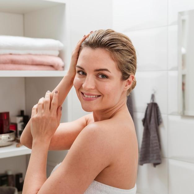 Faccina giovane donna spugna Foto Gratuite
