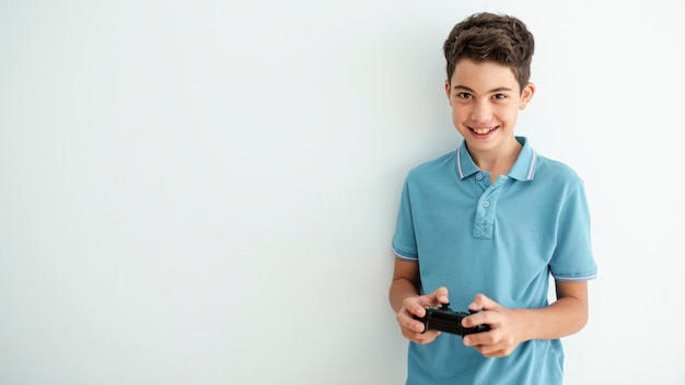 Faccina sorridente vista frontale giocando con un controller Foto Gratuite