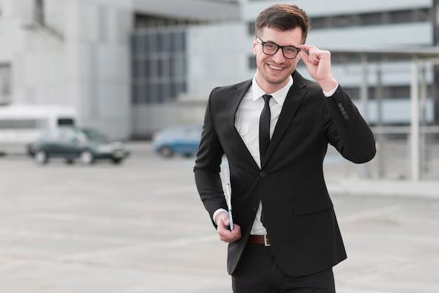 Faccina uomo d'affari con gli occhiali Foto Gratuite