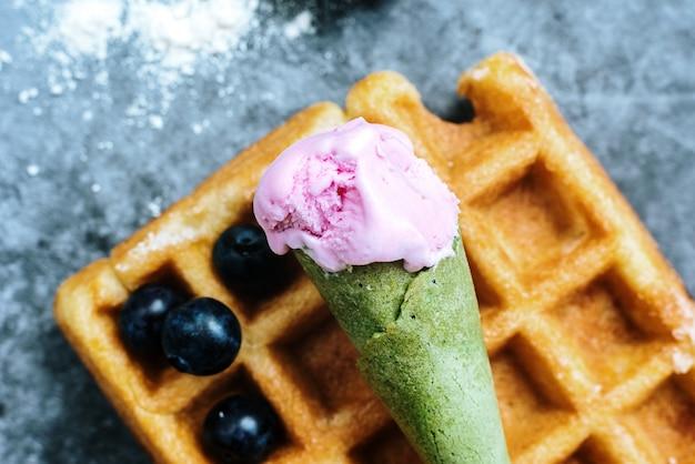Facendo colazione la domenica mattina una lussuosa cialda con frutta rossa antiossidante Foto Premium