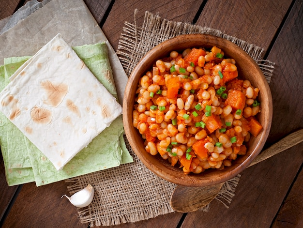 Fagioli bianchi in umido e zucca a fette in salsa di pomodoro Foto Premium