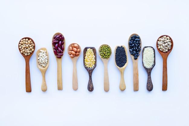 Fagioli misti, legumi diversi isolati su bianco. Foto Premium