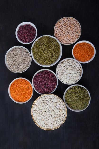 Fagioli rossi e bianchi, lenticchie verdi e rosse, girasole e zucca Foto Premium