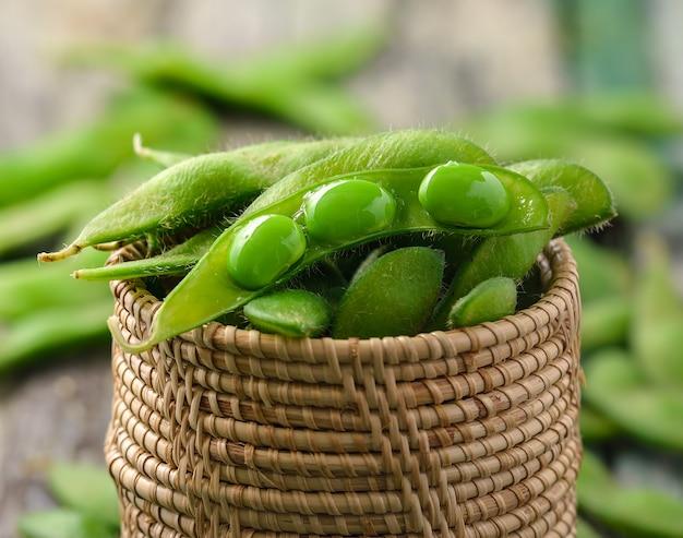 Fagioli verdi della soia nel cestino Foto Premium