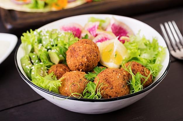 Falafel e verdure fresche Foto Premium
