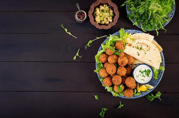 Falafel, hummus e pita. piatti mediorientali o arabi. cibo halal. vista dall'alto. copia spazio Foto Gratuite