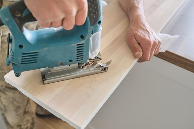 Falegnami a mano con utensili elettrici professionali per la lavorazione del legno Foto Premium