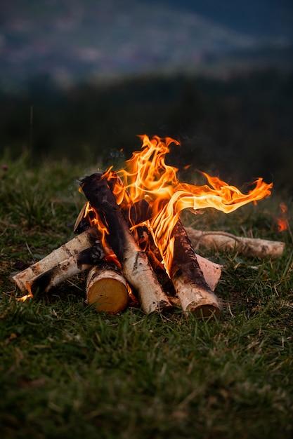 Falò che brucia la sera in montagna Foto Premium