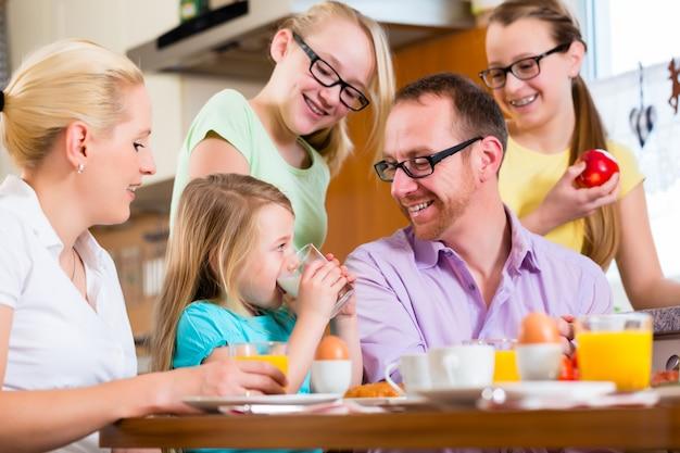 Famiglia a casa facendo colazione in cucina Foto Premium