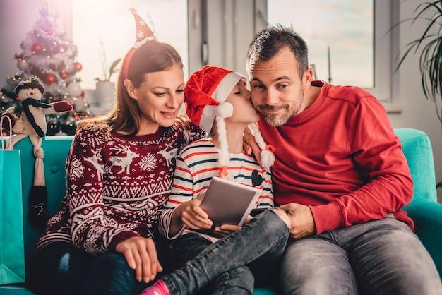 Famiglia a casa facendo uso della compressa Foto Premium