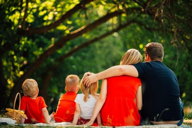 Famiglia abbracciati da dietro Foto Gratuite