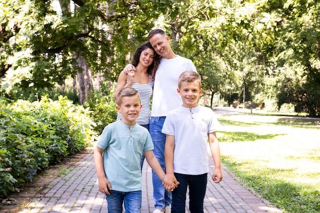 Famiglia adorabile che trascorre del tempo al parco Foto Gratuite