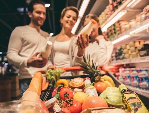 Famiglia al supermercato Foto Premium