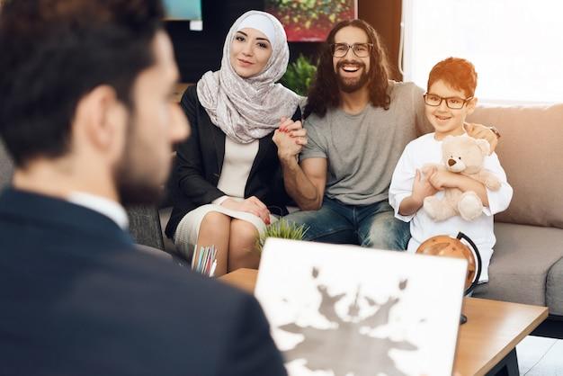 Famiglia alla reception in ufficio psicoterapeuta Foto Premium
