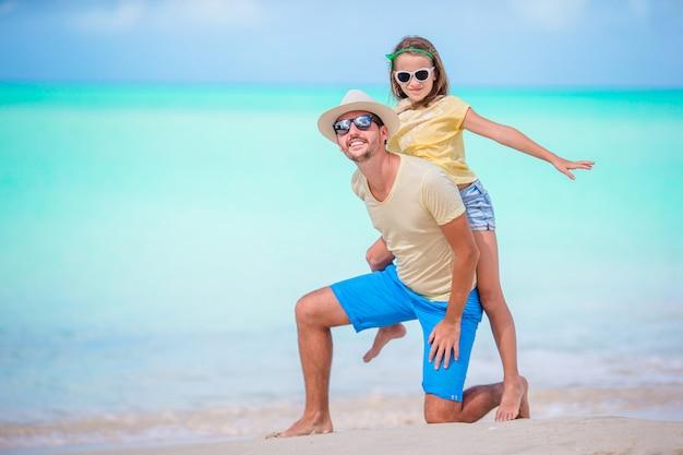 Famiglia alla spiaggia tropicale che cammina insieme nell'isola dei caraibi dell'antigua e barbuda Foto Premium