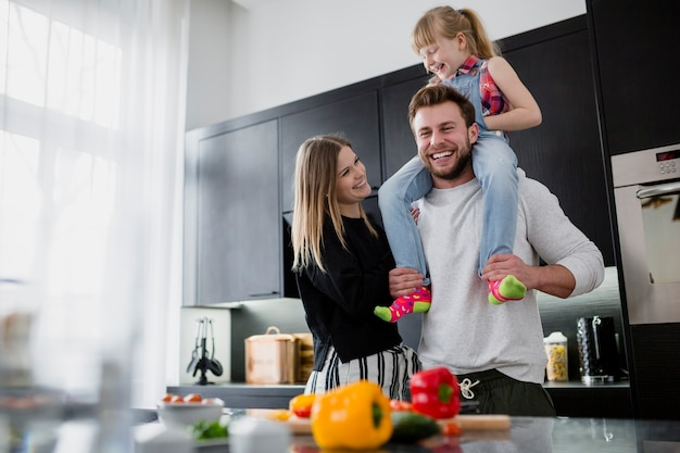 Famiglia allegra in cucina Foto Gratuite