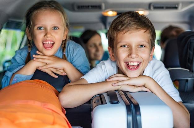 Famiglia andando in vacanza in auto Foto Premium