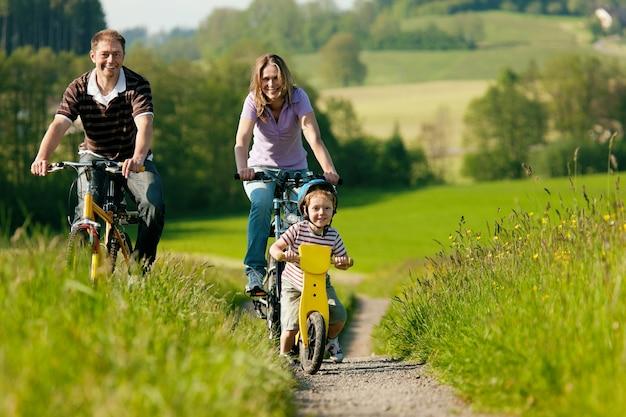 Famiglia andare in bicicletta in estate Foto Premium