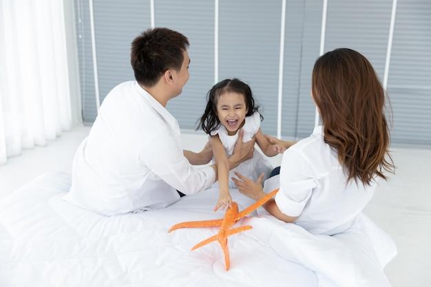 Famiglia asiatica felice in casa. attività per il tempo libero in famiglia Foto Premium