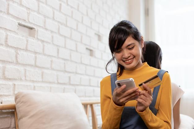 Famiglia asiatica felice shopping online con carta di credito Foto Premium