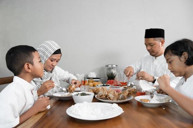 Famiglia asiatica musulmana che ha sahoor Foto Premium