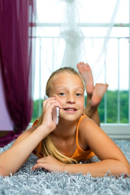 Famiglia, bambino con cellulare o smartphone Foto Premium
