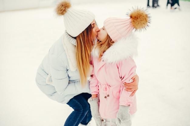 Famiglia carina e bella in una città d'inverno Foto Gratuite