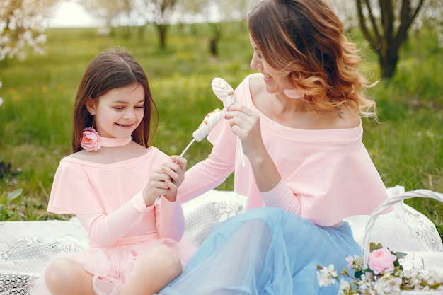 Famiglia carino ed elegante in un parco di primavera Foto Gratuite
