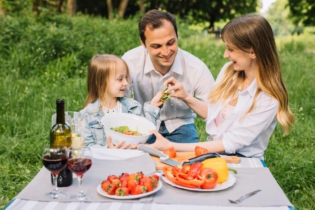 Famiglia che ha un picnic in natura Foto Gratuite