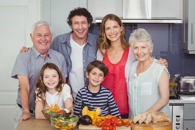 Famiglia che prepara il cibo in cucina Foto Premium