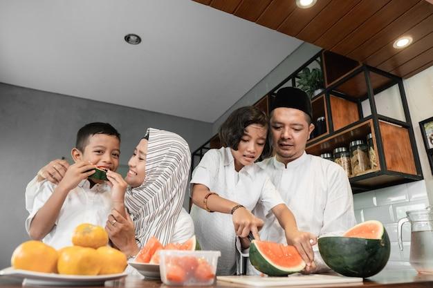 Famiglia che rompe il digiuno Foto Premium